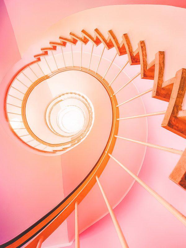 Pinke spiralförmige Treppe im Cafe Glockenspiel in München Deutschland whereismella